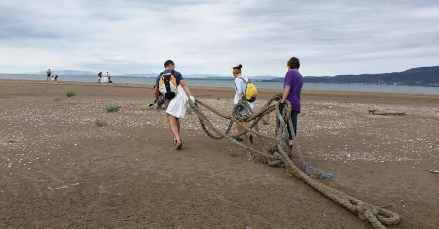 Una jornada popular de neteja recull 1.200 kgs de brossa a la Punta de la Banya