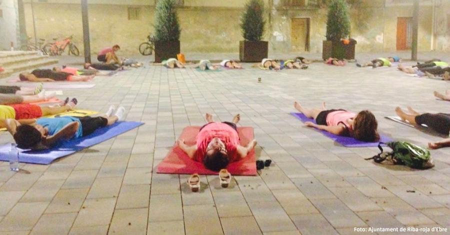 Èxit de públic en la primera sessió de ioga nocturn a Riba-roja d'Ebre