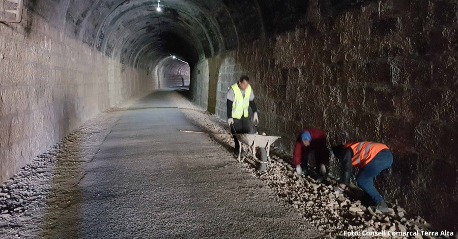 Millores de pavimentació del tunel de la Via Verda a Prat de Comte | EbreActiu.cat, revista digital per a la gent activa | Terres de l