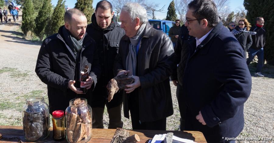Més de 200 persones descobreixen el procés de destil·lació de l'oli de ginebre a Riba-roja d´Ebre