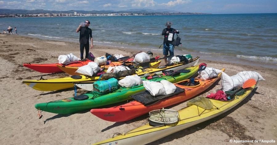 Una trentena de voluntaris recullen 362 quilos de brossa a la badia del Fangar i a la platja de l
