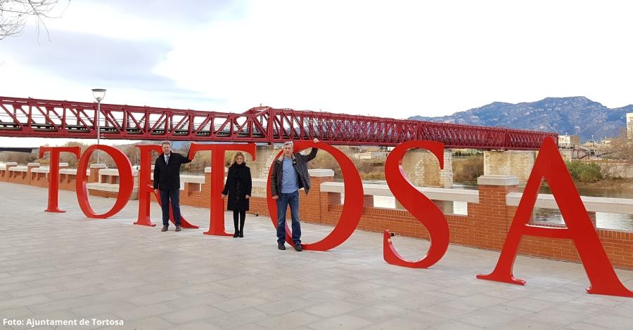 Tortosa instal·la a la vora de l'Ebre un photocall amb el nom de la ciutat com a eina de promoció turística | EbreActiu.cat, revista digital per a la gent activa