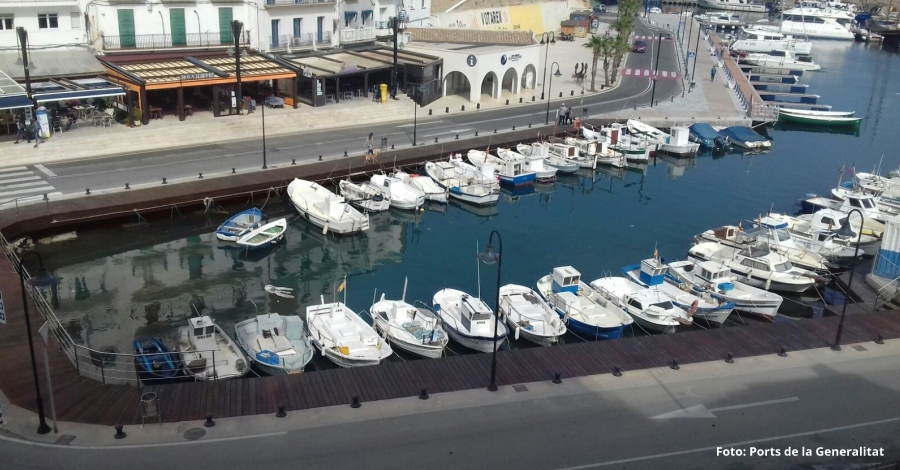 Es renova un tram de passarel·la de fusta al port de l'Ametlla de Mar per millorar la zona de passeig
