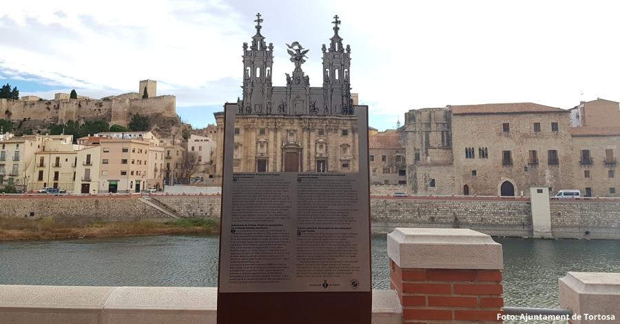 Un nou element de senyalització turística permet recrear l'antic projecte de façana barroca de la Catedral de Tortosa