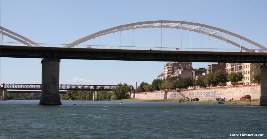 Tortosa instal·la plafons turístics que interpreten la història dels ponts de la ciutat